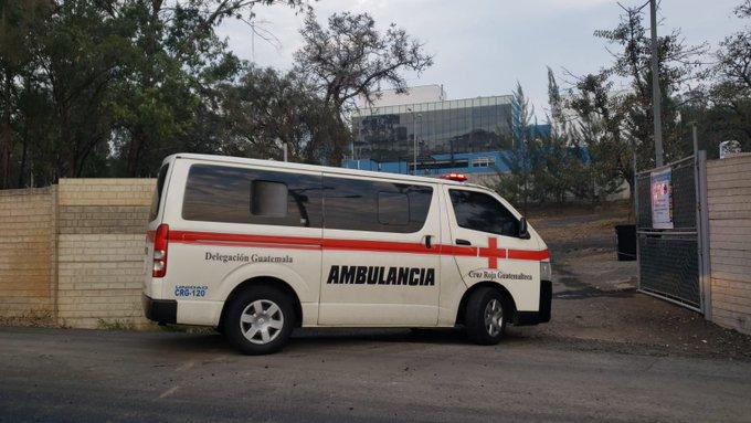Una ambulancia ingresa al hospital de Villa Nueva. (Foto Prensa Libre: Cortesía la Red)
