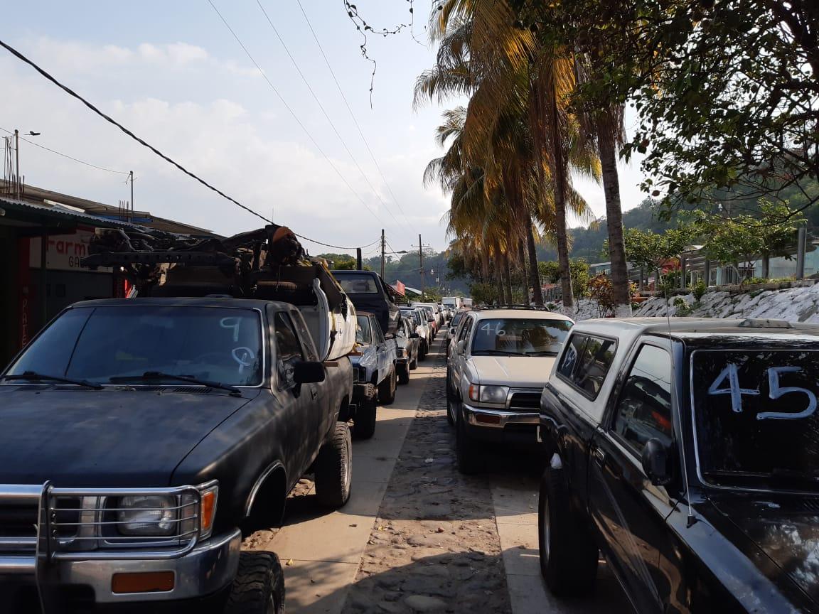 Pilotos varados en frontera El Carmen exigen entrar a Guatemala y señalan falta de alimentos