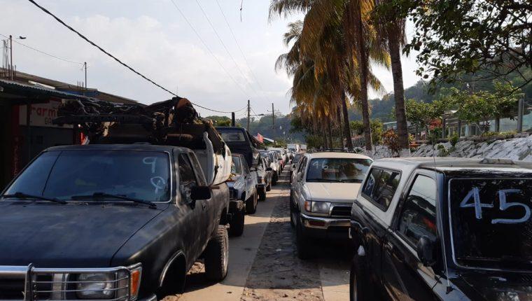 Largas filas de vehículos se forman en la frontera El Carmen, donde pilotos exigen pasar al lado de Guatemala. (Foto Prensa Libre: Cortesía)