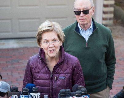 La candidata demócrata a la Presidencia, la senadora Elizabeth Warren, junto con su esposo Bruce Mann anuncia que abandonará la carrera presidencial. (Foto Prensa Libre: AFP).