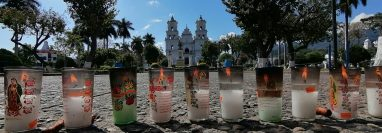 Católicos llegan frente a la basílica de Esquipulas para encender veladoras, debido a que el Templo está cerrado para prevenir casos de covid-19. (Foto Prensa Libre: Cortesía Elizabeth Hernández)