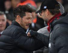 Diego Simeone y Jürgen Klopp se saludan previo al juego. (Foto Prensa Libre: AFP)