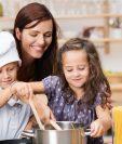 La cocina ayuda a desarrollar la motricidad fina de los niños. (Foto Prensa Libre: Servicios).