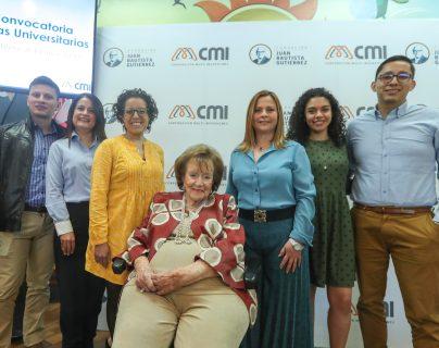 Directivos de la Fundación Juan Bautista Gutiérrez y jóvenes que han sido beneficiados con las becas. Foto Prensa Libre: Norvin Mendoza