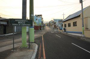 Únicamente el viento y algunas radiopatrullas pasan por la calle principal de Mixco. Foto Prensa Libre: Byron García