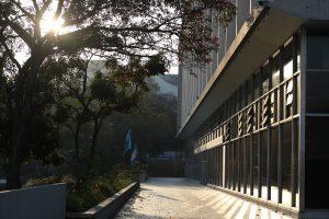 Uno de los ingresos a la Municipalidad de Guatemala se puede observar hasta sin elementos de la Policía Municipal quienes siempre custodian el lugar. Foto Prensa Libre: Óscar Rivas