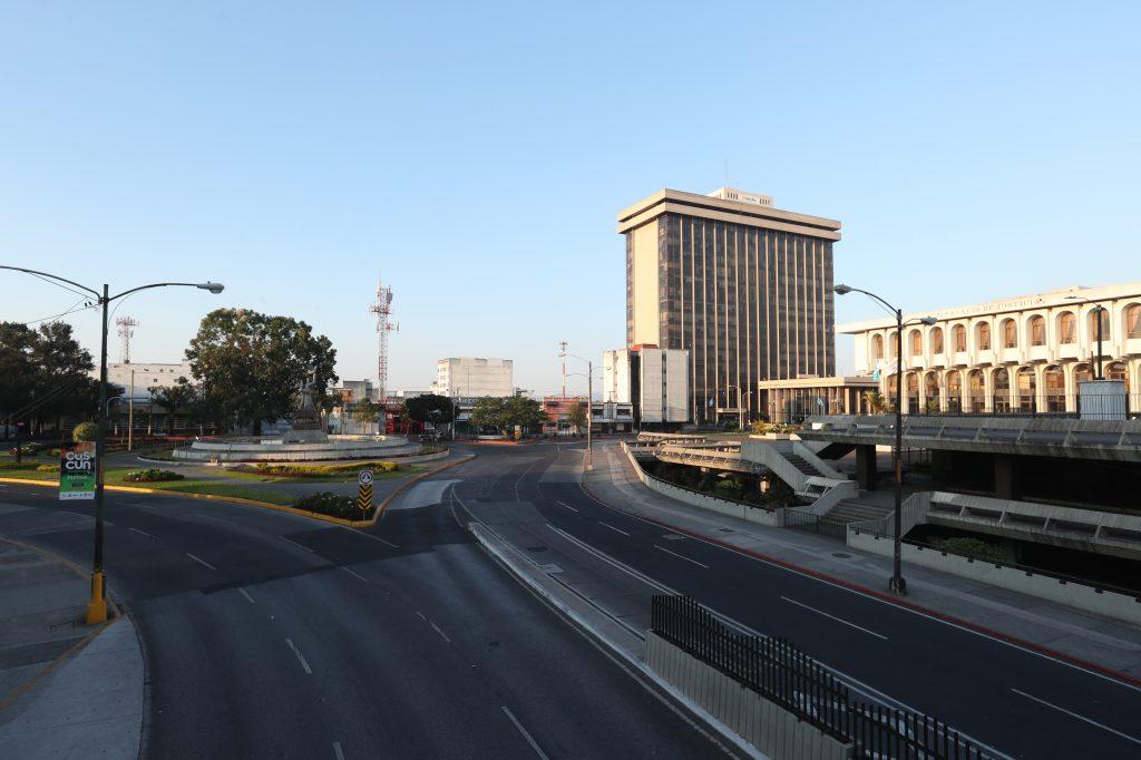 El monumento a la Paz, el edificio del Ministerio de Finanzas y el de la Corte Suprema de Justicia resaltan frente a las calles vacías. Foto Prensa LIbre: Óscar Rivas