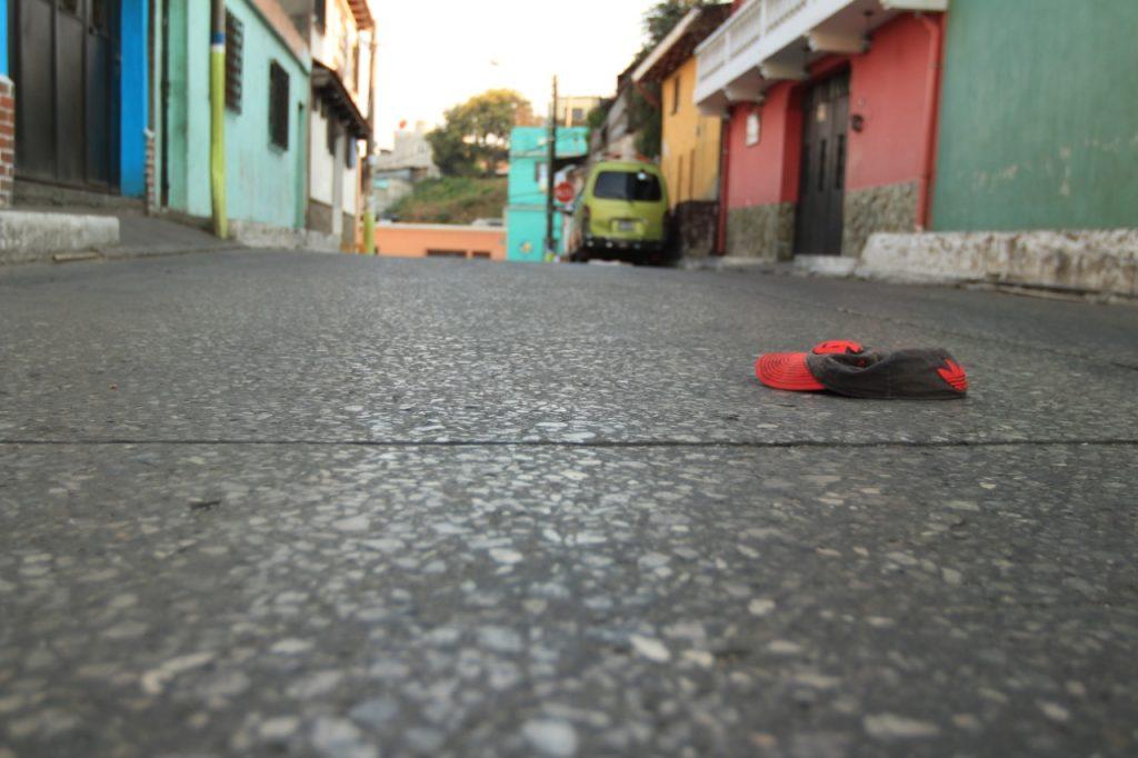 La gorra de una persona luce en el asfalto en el centro de la ciudad de Mixco. Foto Prensa Libre: Byron García