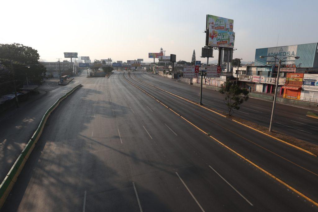El  ingreso a las calzadas Roosevelt y San Juan e inmediaciones del Trébol, entre las zonas 11 y 7, luce desolado a las cuatro de la tarde, por el lugar pasan cientos de vehículos por la tarde. Foto Prensa Libre: Óscar Rivas