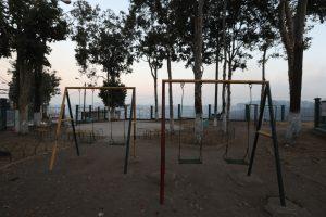 Sólo el viento mece un poco a los columpios de hierro del parque de la colonia El Esfuerzo, en la zona 7. Foto Prensa Libre: Óscar Rivas