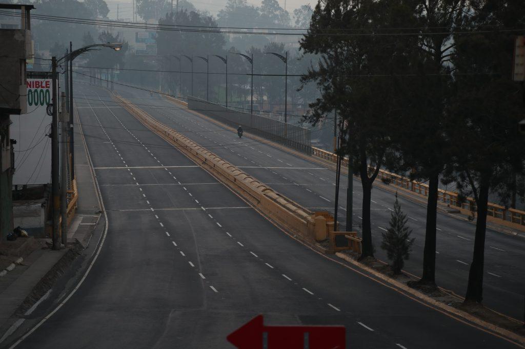 Un motorista atraviesa el puente El Incienso. Foto Prensa Libre: Óscar Rivas