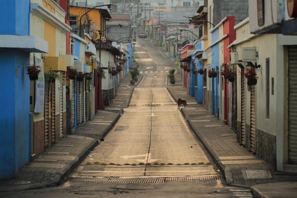 La Calle Real en Mixco resalta el color del atardecer por las calles desoladas. Foto Prensa Libre: Byron García