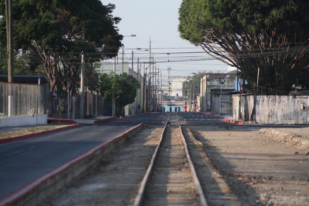 Varios lugares que son transitados en la zona 1 se han visto desolados, como la línea del tren en la 14 avenida. Foto Prensa Libre: Óscar Rivas