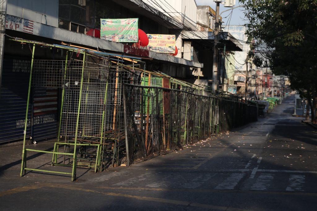 Los locales de las ventas en la 18 calle de la zona 1 se ven completamente vacíos ante la emergencia. Foto Prensa Libre: Óscar Rivas