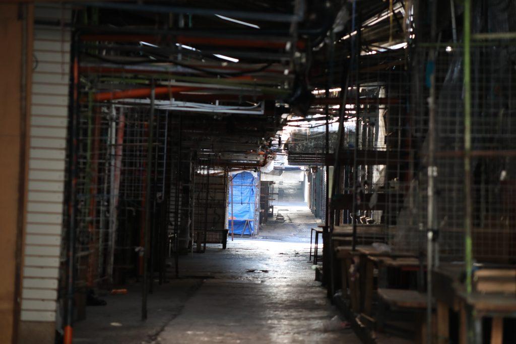 Tarimas de madera y los techos de lámina han quedado frente a la Tipografía Nacional en la zona 1. Foto Prensa Libre: Óscar Rivas
