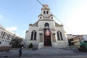 Una persona en situación de calle observa la imagen de la Virgen de los Remedios en la iglesia El Calvario, zona 1 de Guatemala. Foto Prensa Libre: Óscar Rivas