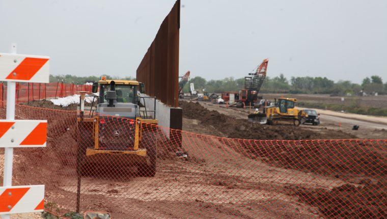 Parte del muro fronterizo que se construye en Donna, Texas. (Foto Prensa Libre: Sergio Morales)