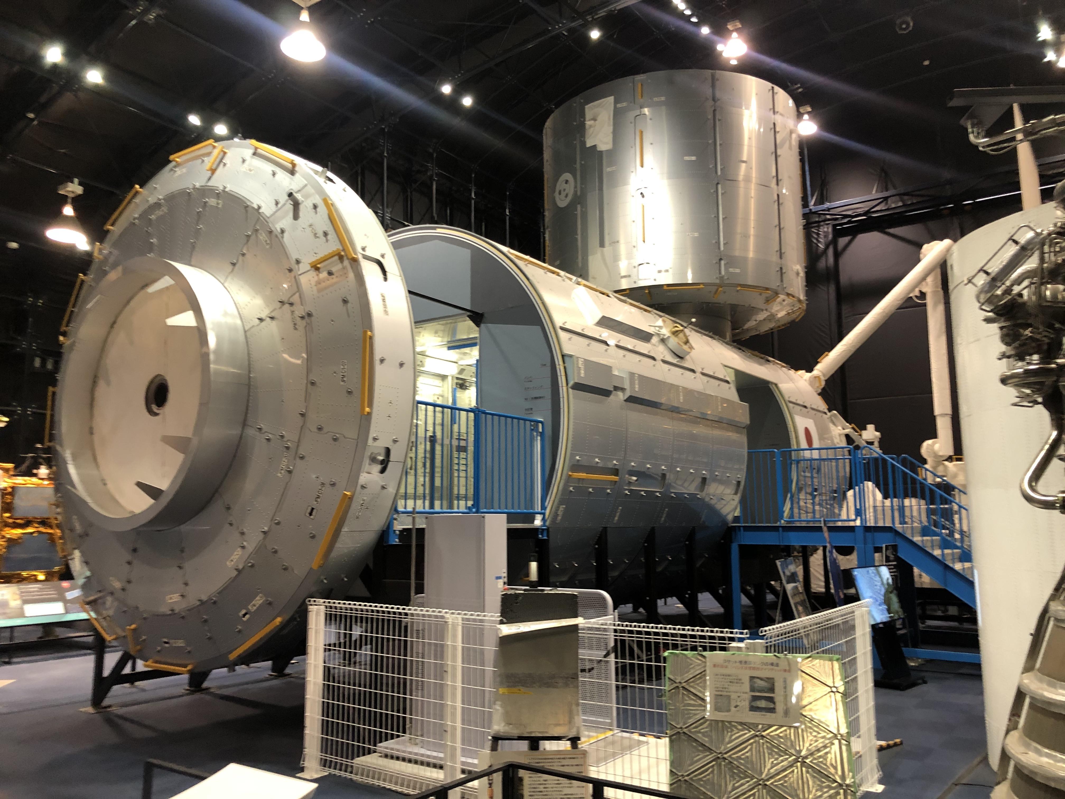 """Modelo a escala del Módulo de Investigación """"Kibo"""" de la Estación Espacial Internacional, ubicado en el Centro Espacial de JAXA en Tsukuba, Japón. En este lugar se preparará al Quetzal-1 previo a ser lanzado a su órbita en abril próximo. (Foto Prensa Libre: Daniel Guillén Flores)"""