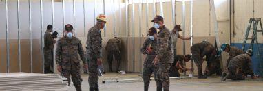 Unos 60 elementos del cuerpo de Ingenieros del Ejército Nacional ayudan en la construcción del hospital. (Foto Prensa Libre: Raúl Juárez)