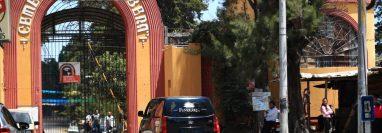 Una carroza funeraria tramita su ingreso al cementerio La Verbena debido a que el grupo de 10 famliaires deben cumplir con normas sanitarias antes de entrar al camposanto. (Foto Prensa Libre: Carlos Hernández)
