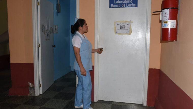 Personal del banco de leche del Hospital Regional de Zacapa asegura que solo tienen leche para dos días. (Foto Prensa Libre: Wilder López)