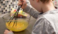 ARCHIVO - Los niños pueden aprender a cocinar a una edad temprana. Foto: Christin Klose/dpa-tmn/dpa