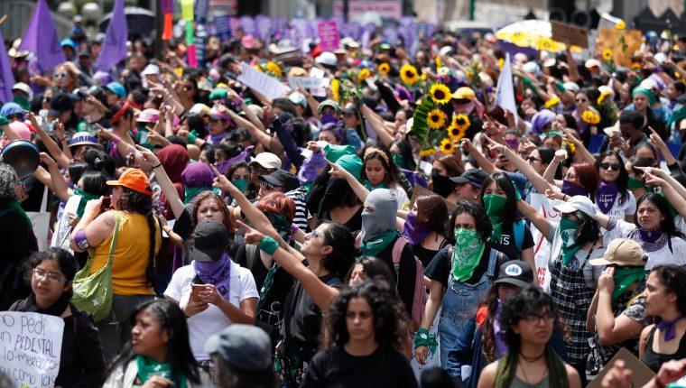 Cientos de mujeres participan en una marcha para conmemorar el Día Internacional de la Mujer en la ciudad de Guatemala, este 8 de marzo de 2020. (Foto Prensa Libre: Esbin García).