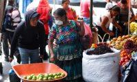 Guatemaltecos acuden al mercado la terminal en la zona4, a comprar productos de la canasta b‡sica, esto debido a la emergencia que declarara el gobierno de la repœblica sobre el contagio de Coronavirus. Los vendedores han subido los precios debido a la alta demanda en los productos.       Fotograf'a  Esbin Garcia 17-03-2020