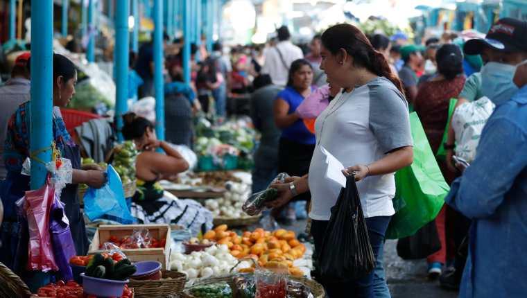 Las remesas compensaron los gastos en los hogares afectados por la pérdida de ingresos en 2020 por la pandemia, según un análisis de Asíes. (Foto Prensa Libre: Hemeroteca)