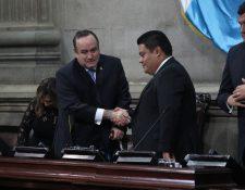 Alejandro Giammattei saluda al presidente del congreso Allan Rodríguez. Fotografía Prensa Libre: Fernando Cabrera