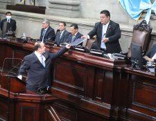 El presiente Alejandro Giammattei entrega el plan de reactivación económica y ampliación presupuestaria al presiente del Congreso, Allan Rodríguez. (Foto Prensa Libre: Fernando Cabrera )