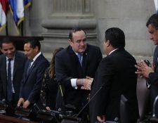 El presidente Alejandro Giammattei saluda al presidente del Congreso, Allan Rodríguez, antes de justiciar la ampliación presupuestaria al Pleno. (Foto Prensa Libre: Érick Avila)