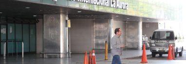 El aeropuerto La Aurora permanece cerrado como una medida para evitar la entrada del covid-19; sin embargo, los vuelos de deportados continúan. (Foto Prensa Libre: Hemeroteca PL)