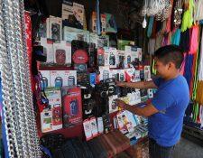 """Julio Vicente, de 18 años, vende electrodomésticos sencillos en un sector de El Guarda. Asegura que desde el lunes pasado solo logra vender """"lo de la comida"""" al día. (Foto Prensa Libre: Érick Ávila)"""