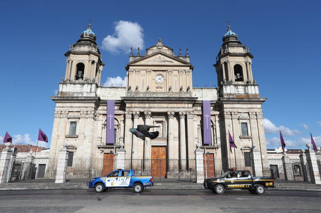 Patrullas anuncian el Toque de Queda frente a la Catedral Metropolitana, consultados al respecto indicaron que no pueden llevar a un juzgado a las personas en situación de calle. Foto Prensa Libre: Óscar Rivas