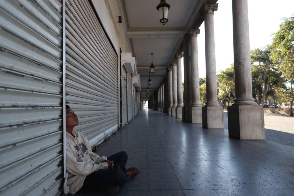 Juan Carlos Cuz Xi, originario de Cobán, Alta Verapaz, trabajaba en una venta hot dog en la zona 5 pero fue víctima de un asalto y quedó sin papeles o dinero para regresar a su hogar. Foto Prensa Libre: Óscar Rivas