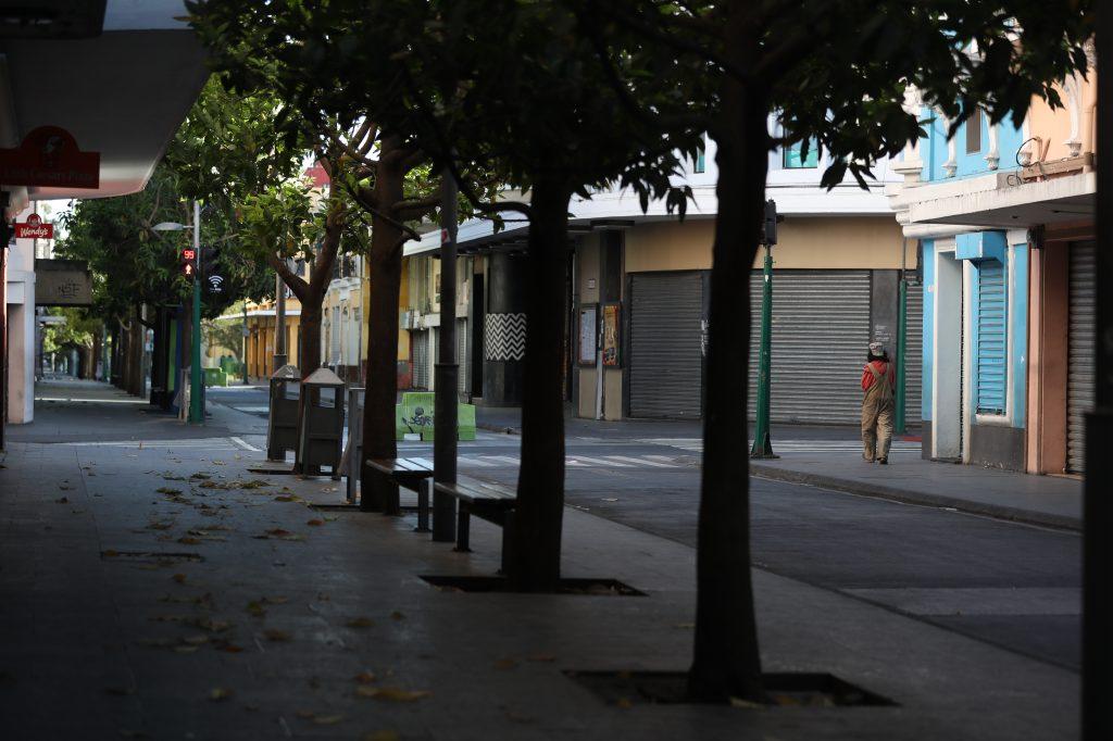 Las calles del Paseo de la Sexta se vieron desoladas pero algunas personas en situación de calle deambulaban todavía. Foto Prensa Libre: Óscar Rivas
