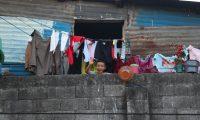 Familias en confinamiento por el toque de queda, decretado por el gobierno de Guatemala.