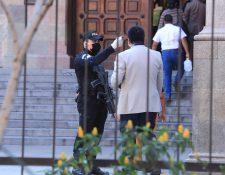 La Policía Nacional Civil es la encargada de hacer cumplir las restricciones de locomoción que impuso el presidente hasta el 12 de abril. (Foto Prensa Libre: Juan Diego González)