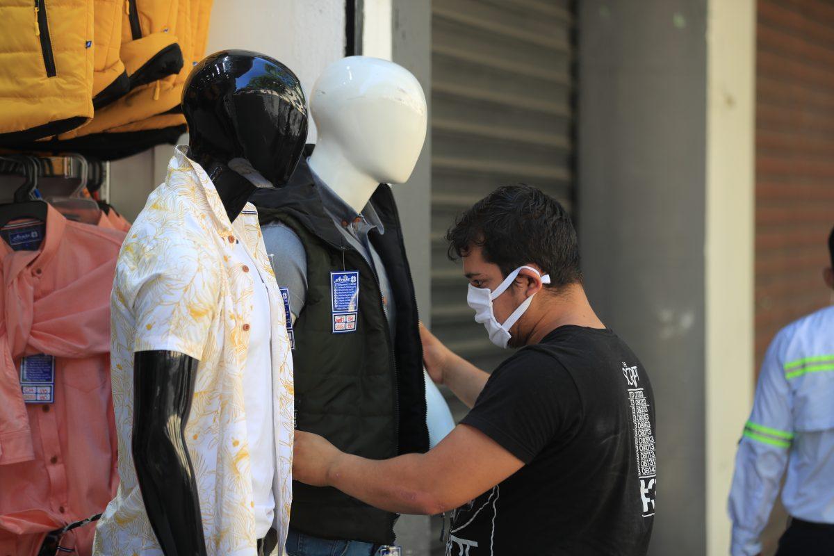 Coronavirus: Por qué un dólar vendido en Guatemala vale la mitad de uno vendido en EE. UU.