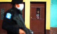 La Policía Nacional Civil (PNC) cuidó de que las personas no permanecieran en las calles (Foto Prensa Libre: Carlos Hernández)