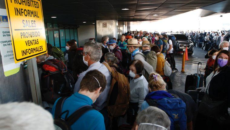 Más de 200 personas europeas se hicieron presentes en el Aeropuerto Internacional La Aurora, para poder abordar un vuelo tipo charter que los retornaría a sus países. Fotografía Prensa Libre: Fernando Cabrera