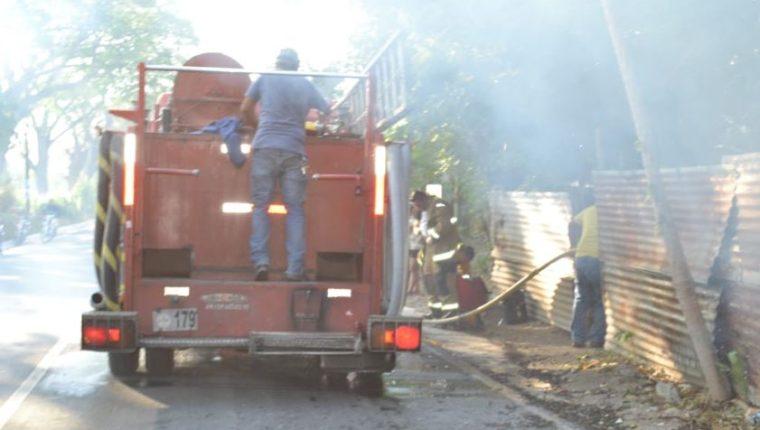 Bomberos combaten incendio en el que murió un niño en La Fragua, Zacapa. (Foto Prensa Libre: Wilder López)