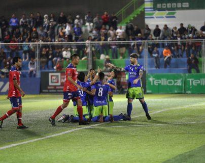 Así celebraron los jugadores de Deportivo Mixco. (Foto Prensa Libre: Norvin Mendoza)