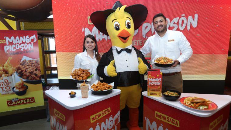 Diana Aguirre, gerente de mercadeo y Paulino Portillo, gerente de marca de Pollo Campero. Foto Prensa Libre: Norvin Mendoza
