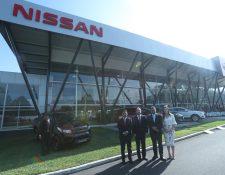 Gerentes de Excel presentaron el nuevo showroom de la marca japonesa Nissan. Foto Prensa Libre: Norvin Mendoza