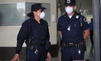 Dos agentes del Organismo Judicial revisan a los visitantes a Torre de Tribunales portando mascarillas. (Foto Prensa Libre: Carlos Hernández Ovalle)