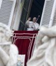 El Papa Francisco dirigió su oración del Ángelus dominical desde la ventana de su oficina con vistas a la Plaza de San Pedro en el Vaticano. (Foto Prensa Libre: EFE)