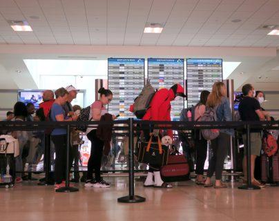 Las medidas tomadas por aeropuertos ante la emergencia del covid-19 afectan a guatemaltecos en el extranjero. (Foto Prensa Libre: EFE)
