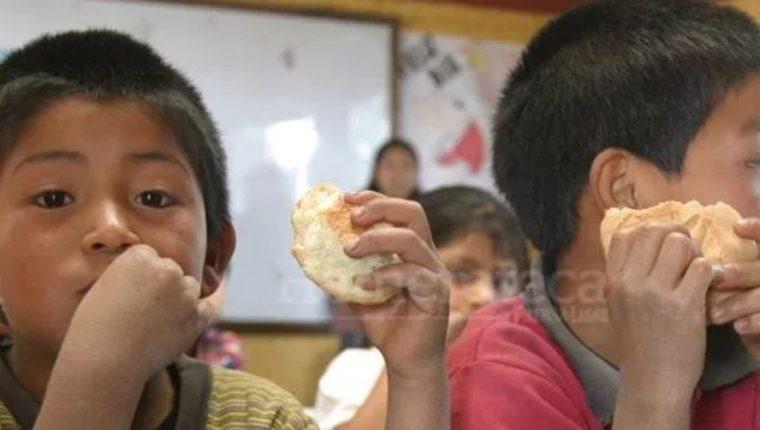La iniciativa del Mineduc es que los estudiantes del sector público continúen con su alimentación durante la emergencia por el coronavirus. (Foto Prensa Libre: Hemeroteca PL).